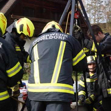 Personenrettung – Frau stürzte in 2,5 Meter tiefen Schacht