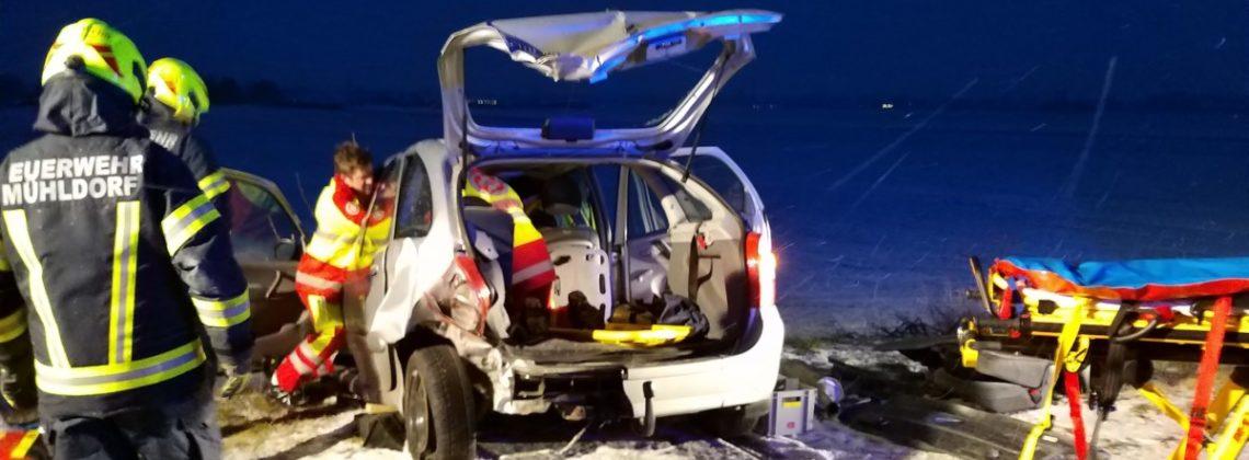 Schonende Patientenrettung nach Unfall mit drei Fahrzeugen