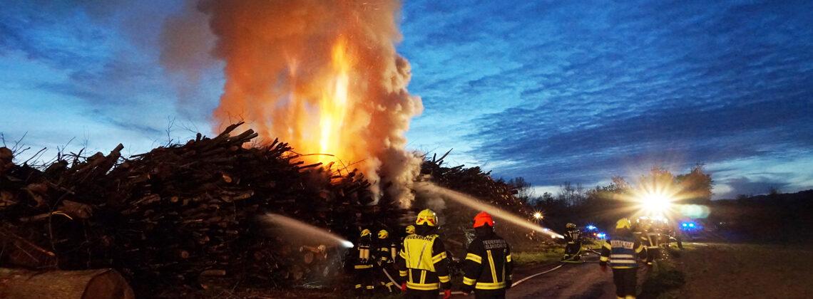Brand eines Holzhaufens beim Mühldorfer Weiher